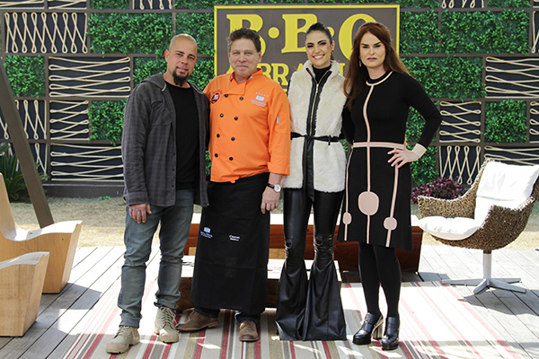 na foto, da esquerda para a direita, carlos tossi, carlos lopez, chris flores e danielle dahoui posam em frente ao logo do BBQ Brasil