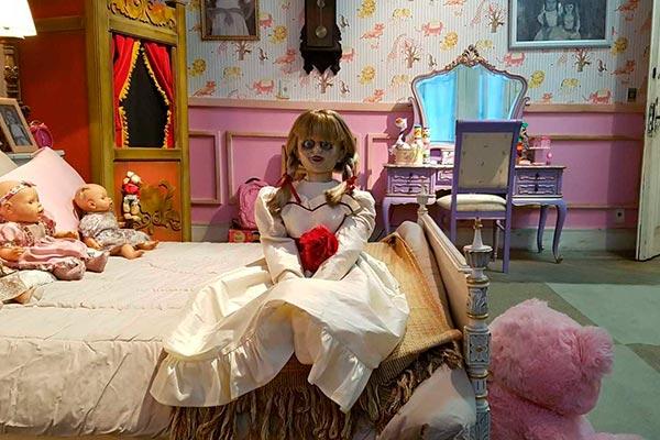 Annabelle assusta pessoas em um casarão