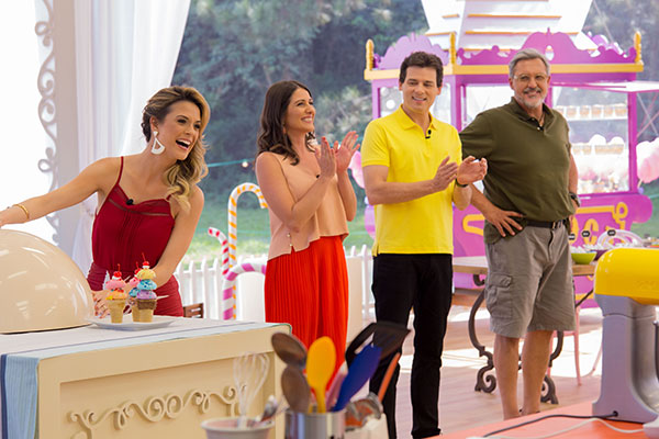 Beca Milano apresenta o doce a ser feito, ao lado de Carol Fiorentino, Celso Portiolli e Fasano