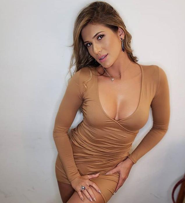 Lívia Andrade com vestido cor nude