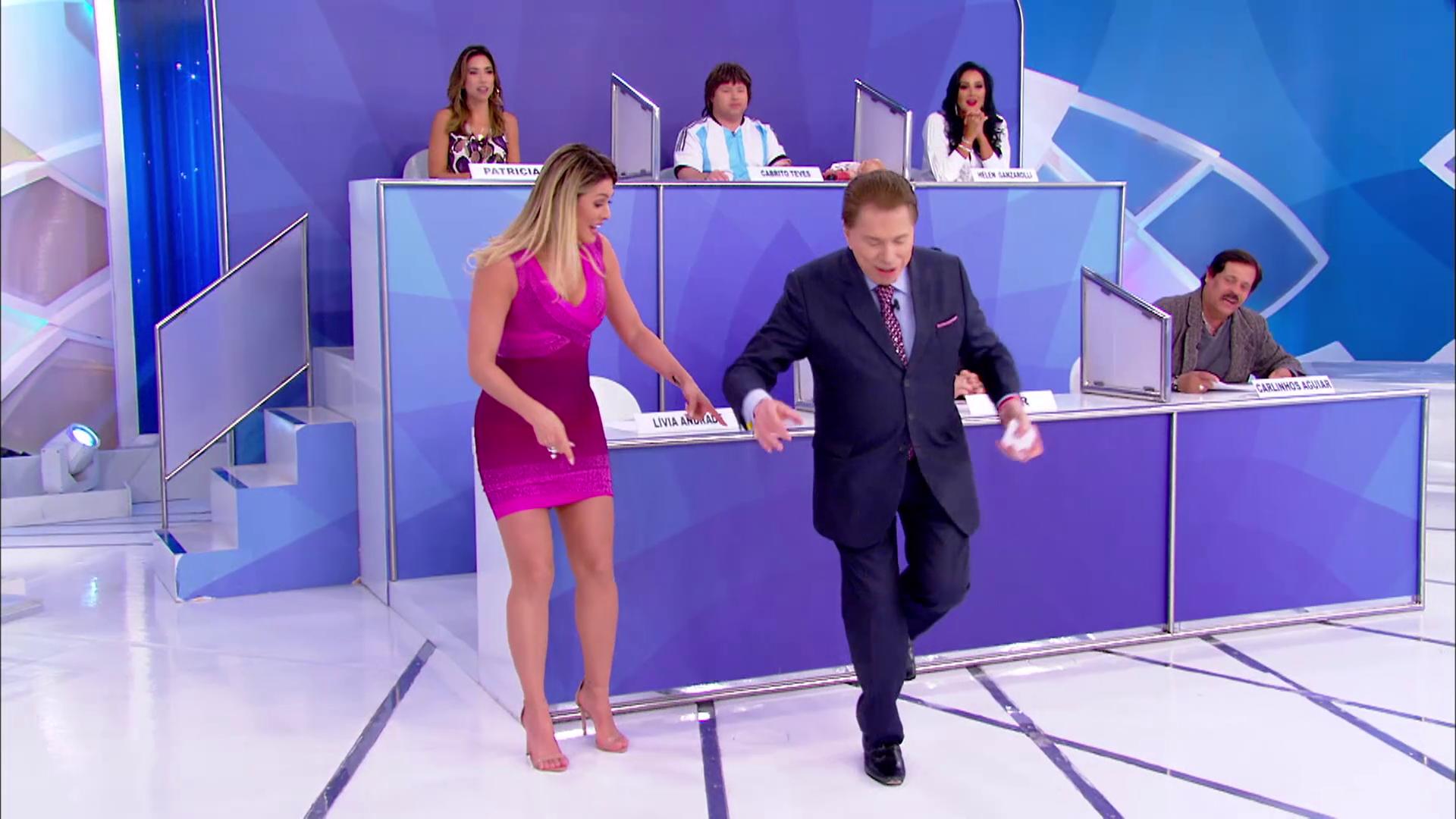 Lívia Andrade e Silvio Santos brincam de amarelinha