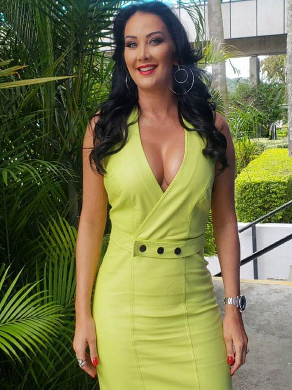 Helen Ganzarolli de vestido verde abacate