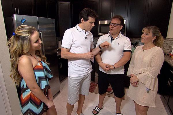 celso Portiolli e Larissa Manoela em Orlando, na casa da atriz