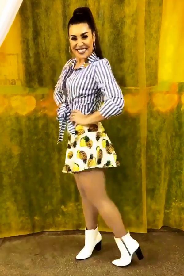 Naiara Azevedo usando saia com desenho de abacaxi