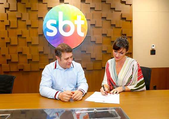 Fernando Pelégio e Glenda Kozlowski durante assinatura do contrato