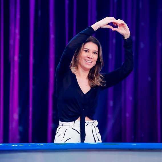 A Apresentadora Rebeca Abravanel fazendo coraçãozinho para o público