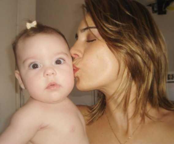 Em foto antiga, Rachel Sheherazade beija a filha (Reprodução/Instagram)