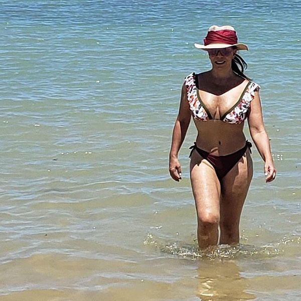 Sula MIranda de biquíni na praia