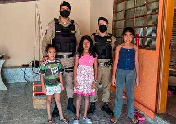 Foto: Ana, de azul, ao lado dos oficias da PM e de suas irmãs, Gabriela e Eloá. Crédito: Divulgação/PMMG