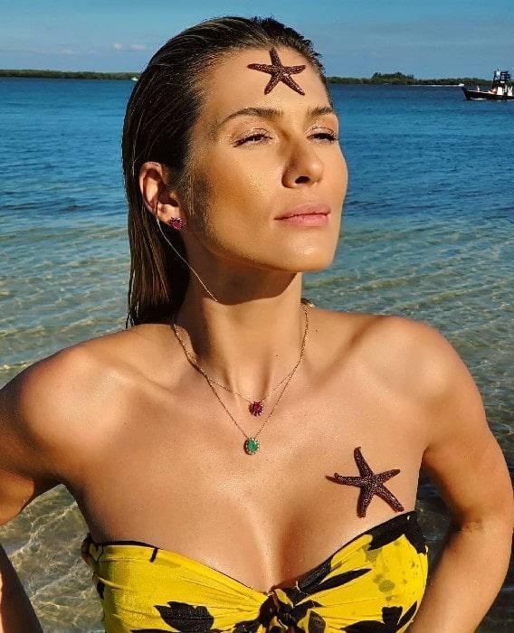 Lívia Andrade posa de biquíni com estrela-do-mar no corpo