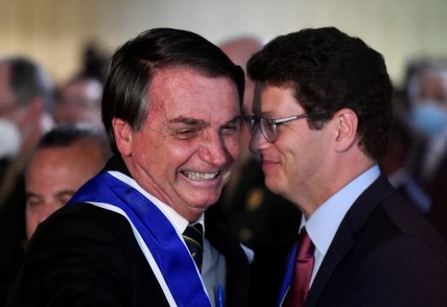 Ao lado de Salles, Bolsonaro pede cooperação para preservar Amazônia -  Governo - SBT News