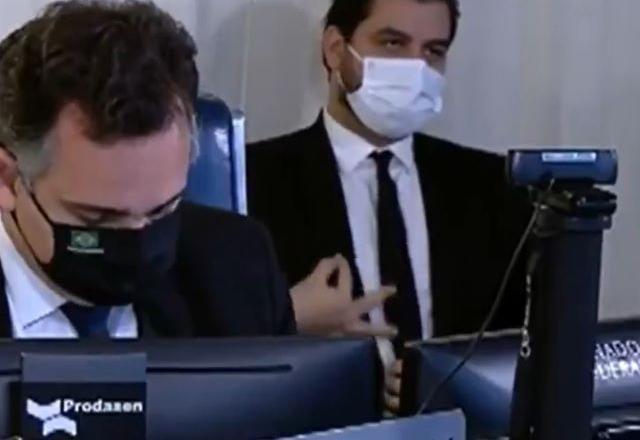 Gesto de assessor de Bolsonaro tumultua sessão no Senado - Governo - SBT  News