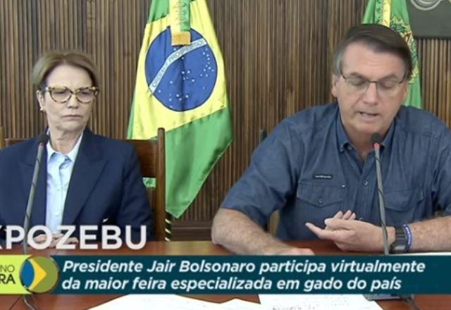 Ao lado da ministra da Agricultura Tereza Cristina, Bolsonaro defendeu as ações de seu governo | TV Brasil/Reprodução