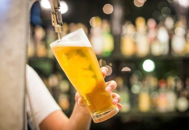 EUA oferecem cerveja e corte de cabelo para aumentar taxa de vacinação -  Coronavírus - SBT News