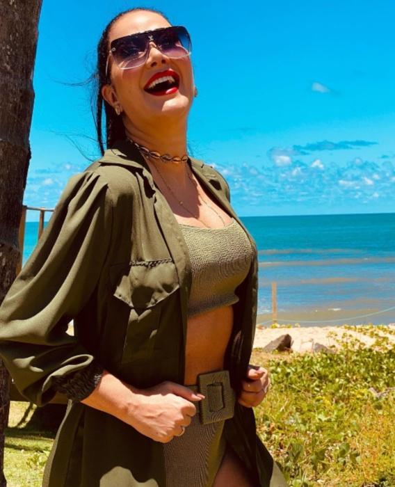 Na praia, Helen Ganzarolli aparece deslumbrante em foto de biquíni (Reprodução/Instagram)