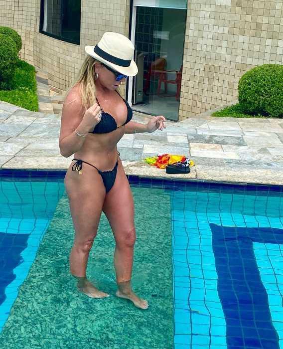 Christina Rocha posa de biquíni em dia de sol