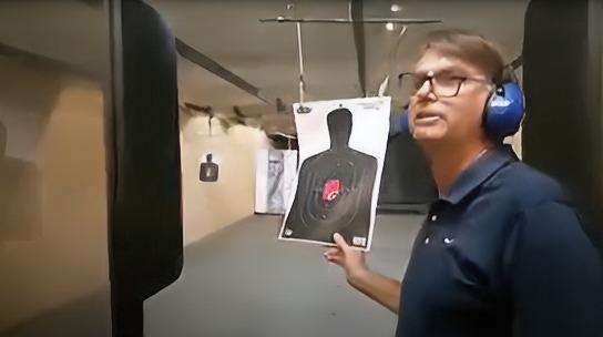 Bolsonaro praticando tiro durante live | Reprodução/Facebook